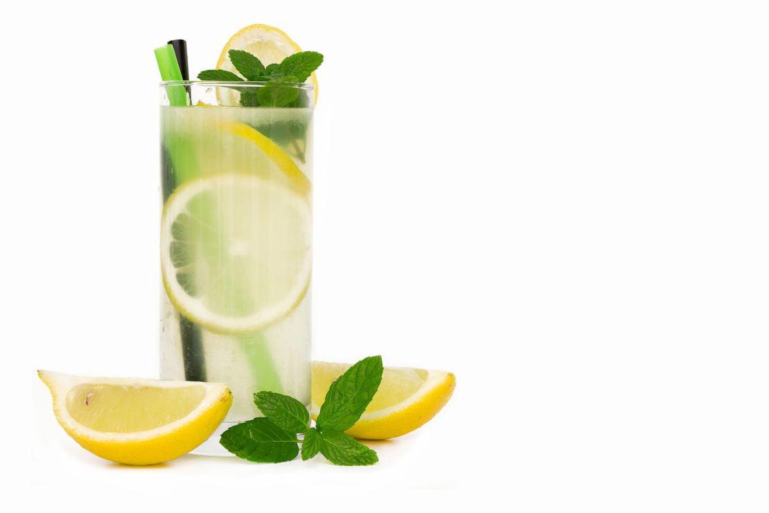 Slika prikazuje velik kozarec limonade oziroma osvežilnega napitka za članek bolečine v želodcu.