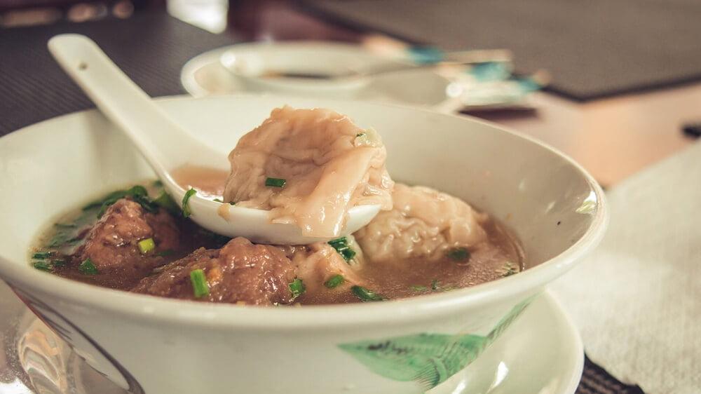 Slika je za članek gastritis in je na sliki prikazana juha.