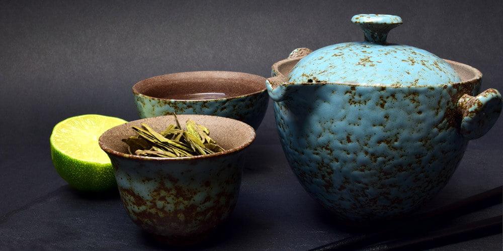 Na sliki vidimo zanimive starejše oblike čajnika in šalčke za čaj, slika se uporabi za članek Helicobacter pylori