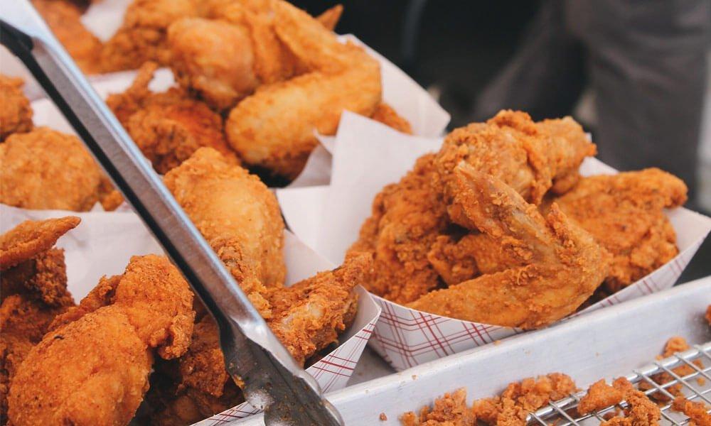 Slika prikazuje ocvrto in ne zdravo hrano, ki pripomore k tiščanje v želodcu.