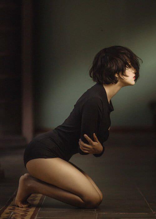Na sliki je dekle ki sedi na tleh, in se drži za trebuh. Za potrjene učinki delovanja mastikine smole. Mastika smola