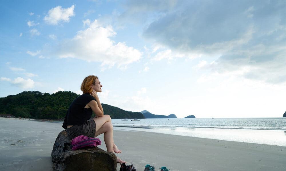 Slika prikazuje umerjeno dekle na plaži, za članek sindrom razdražljivega črevesja